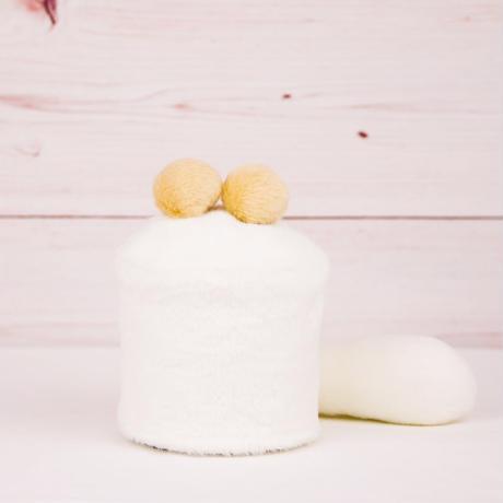 ペット用骨壺カバー / サイズ:3寸 / ベース:白 / ボンボン:クリーム・クリーム / しっぽ:白(S085)