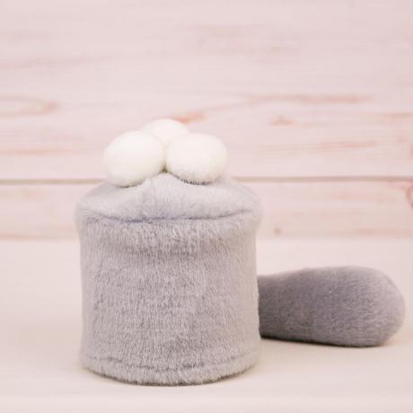 ペット用骨壺カバー / サイズ:3寸 / ベース:グレー / ボンボン:白・白・白 / しっぽ:グレー(S033)