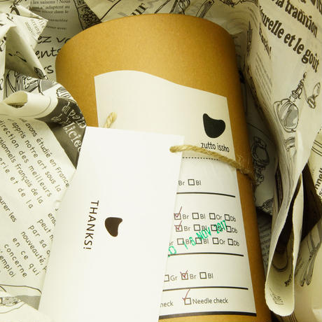 ペット用骨壺カバー / サイズ:4寸 / ベース:ブラウン / ボンボン:ブラウン・黒・クリーム / しっぽ:黒(S205)