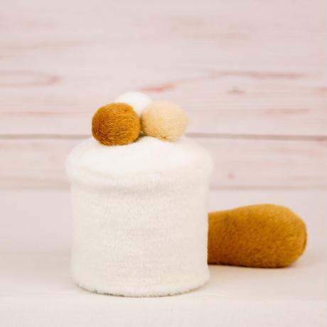 ペット用骨壺カバー / サイズ:3寸 / ベース:白 / ボンボン:白・クリーム・ブラウン / しっぽ:ブラウン(S112)