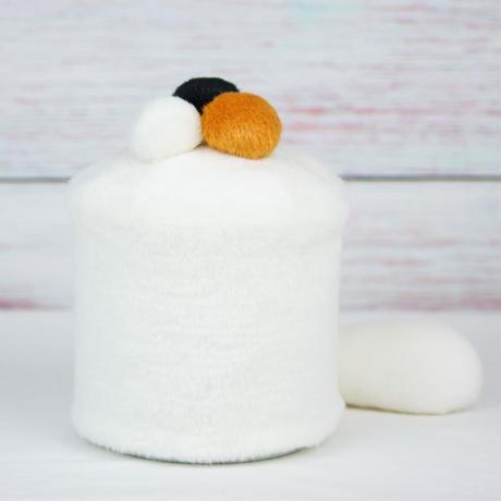 ペット用骨壺カバー / サイズ:4寸 / ベース:白 / ボンボン:白・橙・黒 / しっぽ:白(S139)