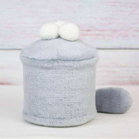 ペット用骨壺カバー / サイズ:4寸 / ベース:グレー / ボンボン:白・白・白 / しっぽ:グレー(S163)