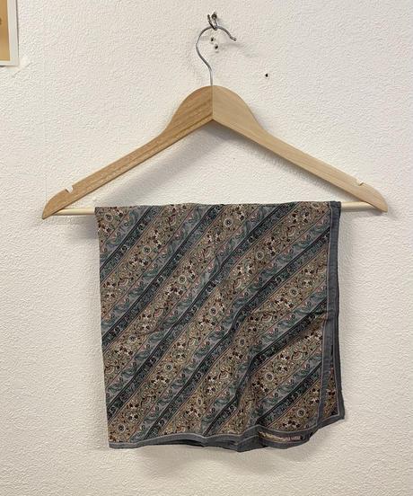 くすみカラーのスカーフ 0311