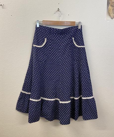 片思いをしている小花柄スカート2795