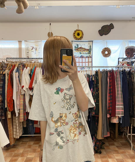 仲良くみんなで遊ぶネコたちのTシャツ3758
