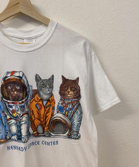 準備万端なネコたちのTシャツ3756