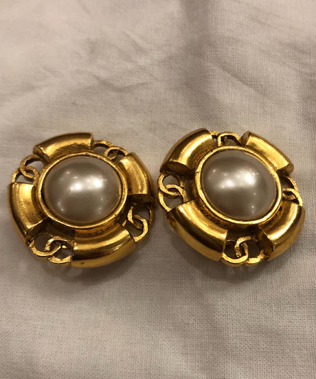 CHANEL/ pearl  gold earrings