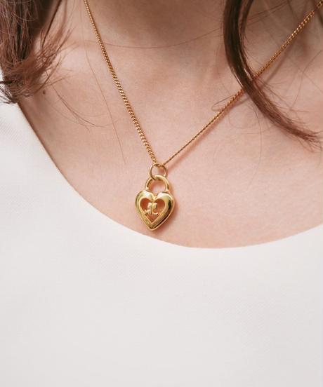 Courreges/gold heart motif necklace.