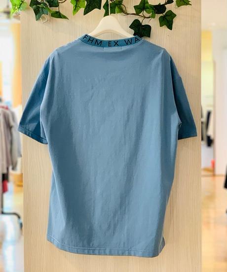 襟元ロゴTシャツ