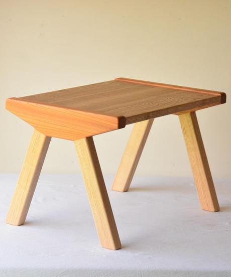 赤ちゃんが生まれて初めて出会う無垢の木の机・はじめてテーブル T6 たも+けやき