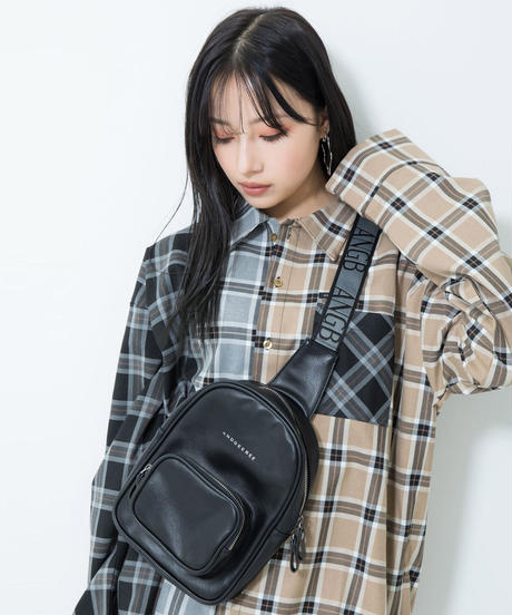 【UNISEX】ロゴテープボディバッグ AG211BC0115