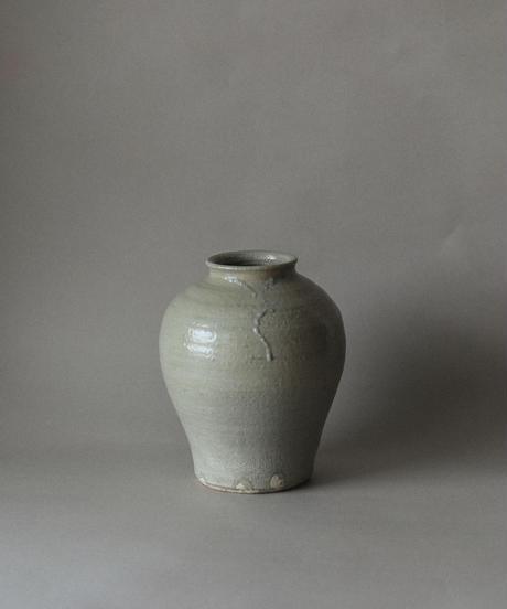 Clay vase by Natsumi Ito