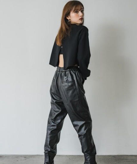 Back slit crop Knit TOP / BLACK