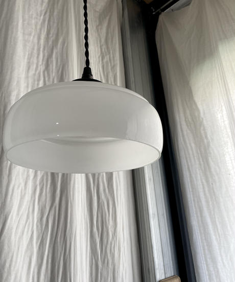 乳白傘のペンダント照明