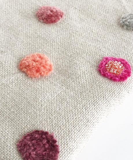 リネンの水玉刺しゅうのペタンコポーチ【ピンク】