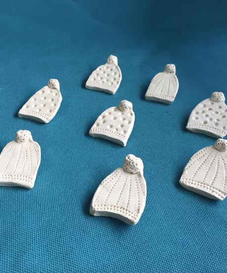 ニット帽子の陶ブローチ