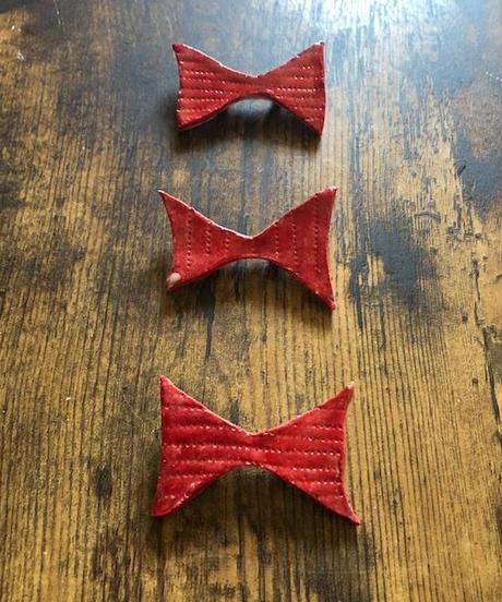 陶器のリボンブローチ 赤