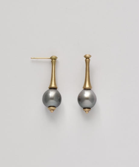 One of a kind / Spindle series studs in South pearl - Bluegray <K18YG>
