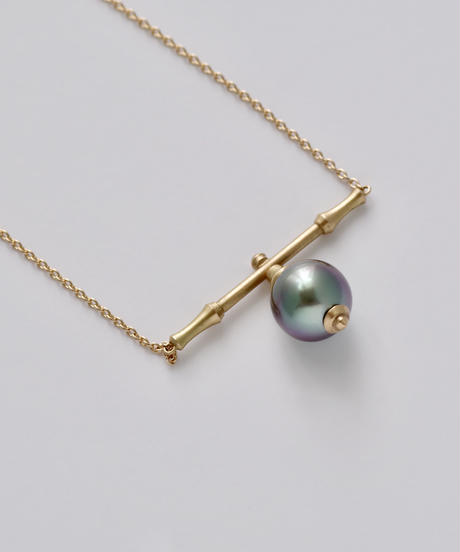 One of a kind / Spindle series Flat bar center in South sea pearl - Peacock <K18YG>