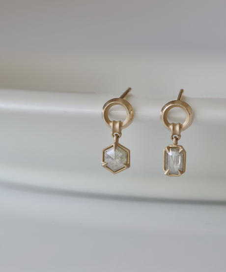 One of a kind / Diamond Asymmetry  stud pierces - White <K18YG>