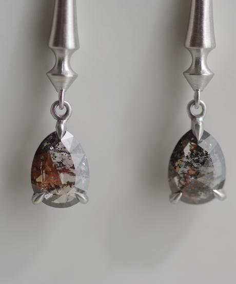 One of a kind / Diamond  Hook pierces - Black/Red <Pt900>