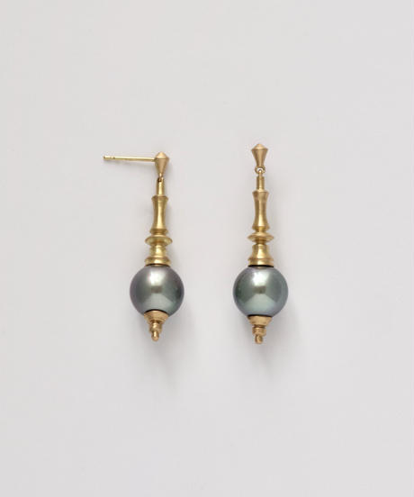 One of a kind / Spindle series studs in South pearl - Blue <K18YG>