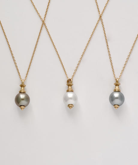 One of a kind / Spindle series longchain pendant in Akoya pearl - White <K18YG>