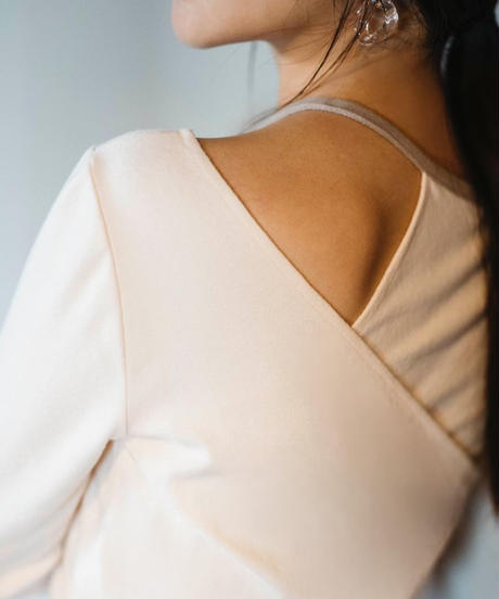Asymmetry shoulder opening cut:IVORY
