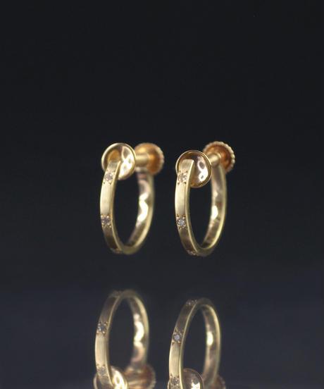 【anq.】K10・ダイヤモンド0.02ct 彫り留めフープイヤリング