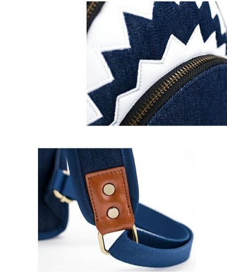 サメモチーフデニム素材/奥行き15cmの斜めがけバッグ