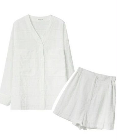 ワントーンコーデ白セットアップVネックシャツ+ショートパンツ