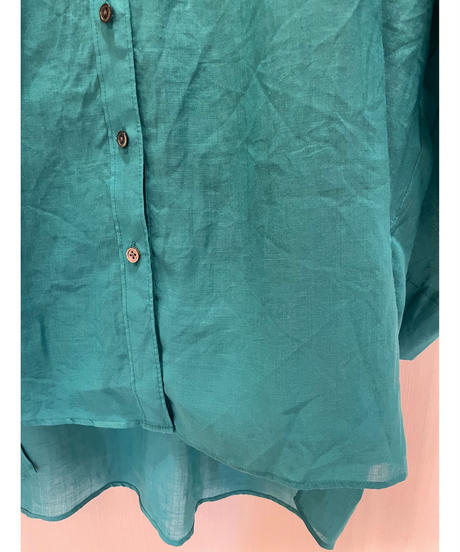 シンプルなシアー感のあるVネックシャツ