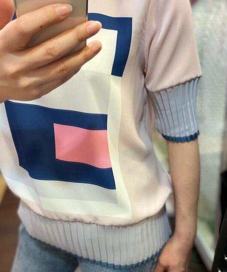 KOREA select 幾何学柄プリーツ加工ブラウス ピンク×ネイビー