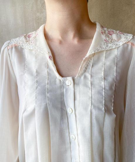 襟花刺繍ブラウス
