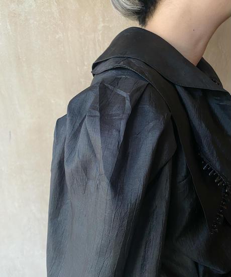 黒ビーズ付き3重襟ブラウス