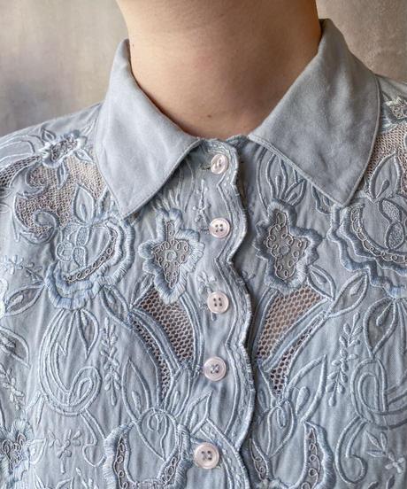 ブルーグレー花刺繍ブラウス