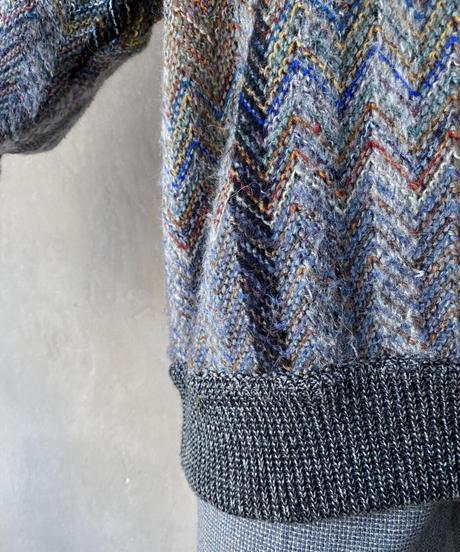 グレーカラフルVネックセーター