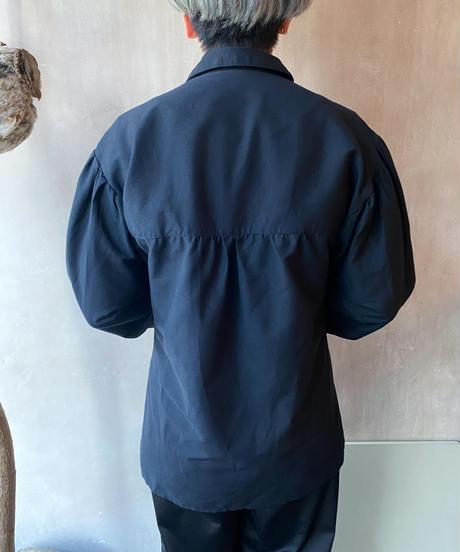 黒金具付きパフスリーブブラウス