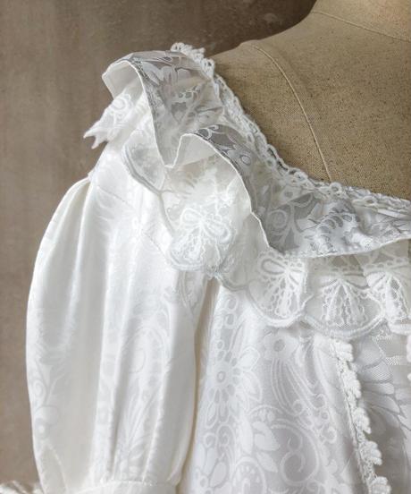 白フリフリドレス