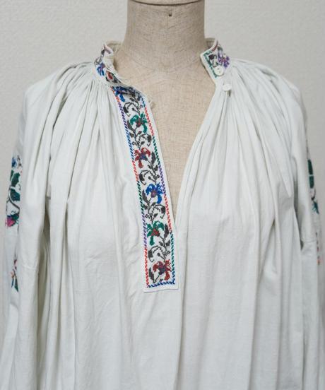 スタンドカラー刺繍ワンピース