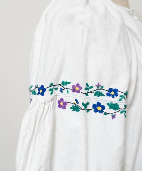 小花モチーフ刺繍ワンピース