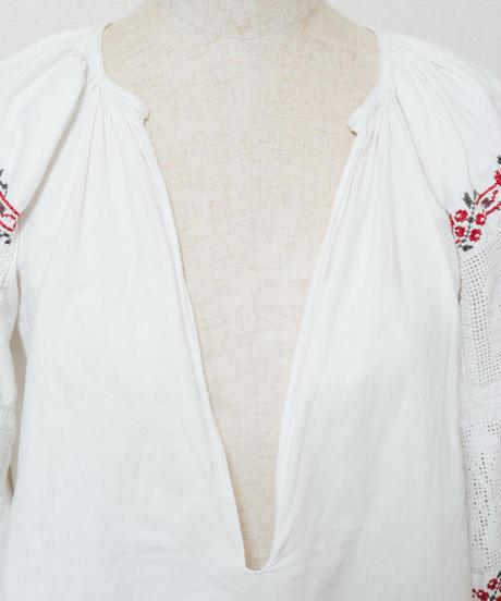 透かし刺繍ブラウス