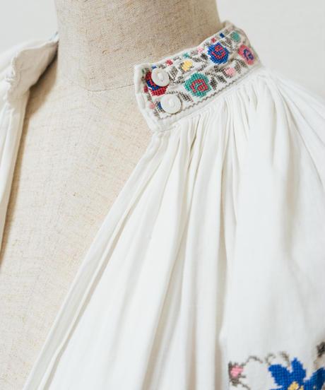 華やかな薔薇刺繍ワンピース
