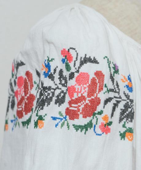赤やピンクの薔薇刺繍ワンピース