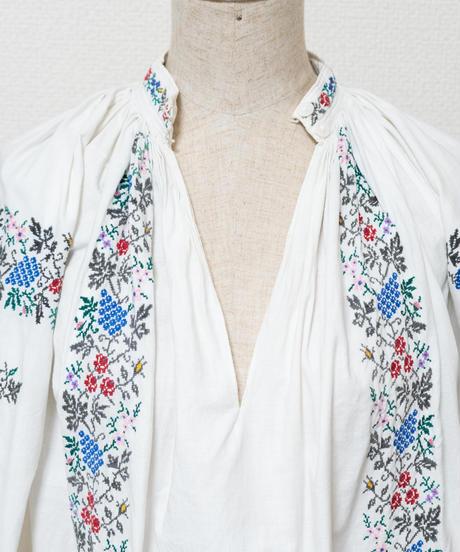 葡萄や薔薇などのフラワー刺繍ワンピース