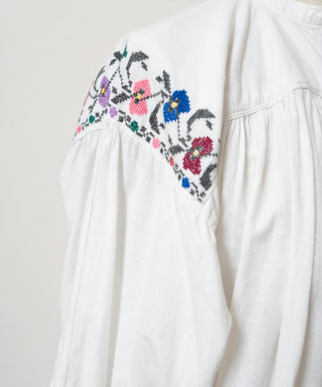 バンドカラーフラワー刺繍ワンピース