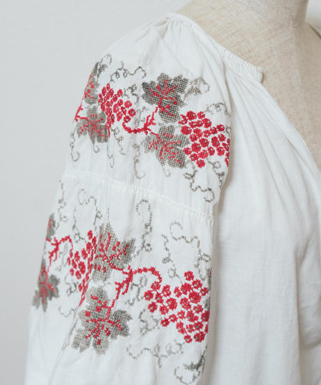 葡萄刺繍ブラウス