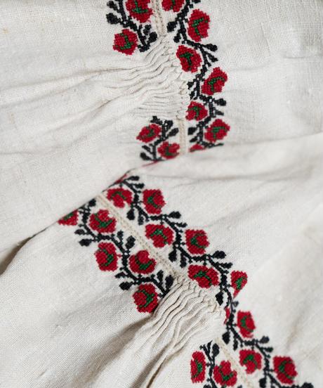 小さな薔薇刺繍ワンピース