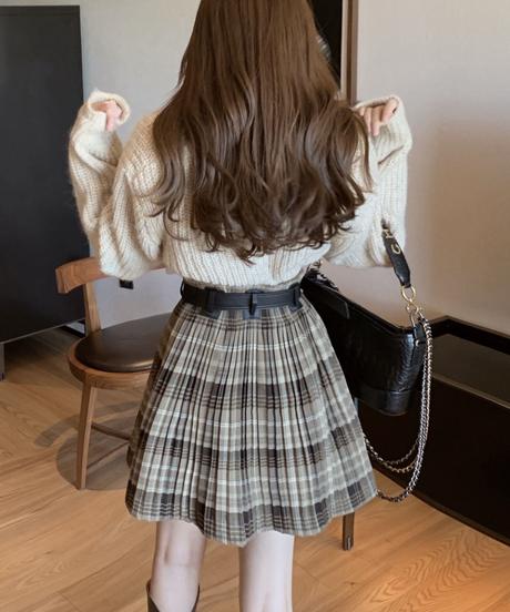 Vネックニット+チェック柄ミニスカート