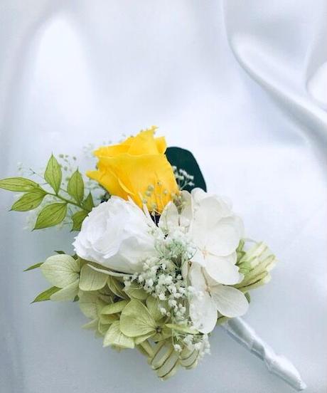 【プリザーブドフラワー/黄色と白、グリーンのコサージュ/ブートニア】